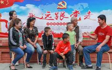 呼图壁县二十里店村文化墙前村民乐