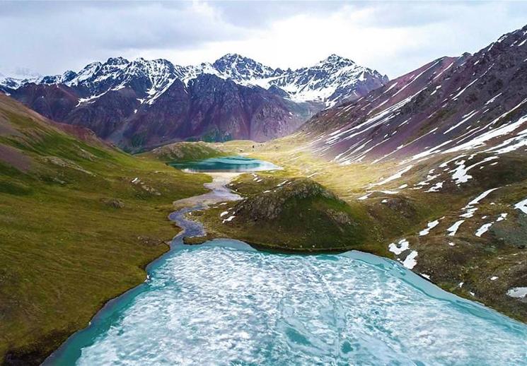 隱藏在深山中如詩如畫的那拉提冰湖