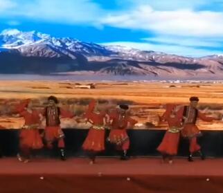 男女搭档舞蹈,跳起来很欢快