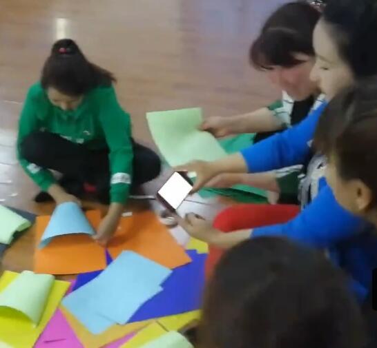 学生们在学习手工制作!