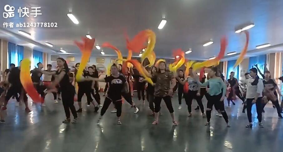 我的学生和文工团的演员一起在文工团排练厅排练新的舞蹈