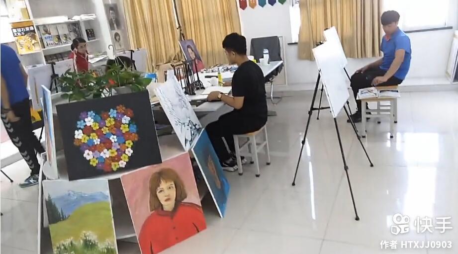我们教培中心美术班的学生在画画!这里是他们的画室