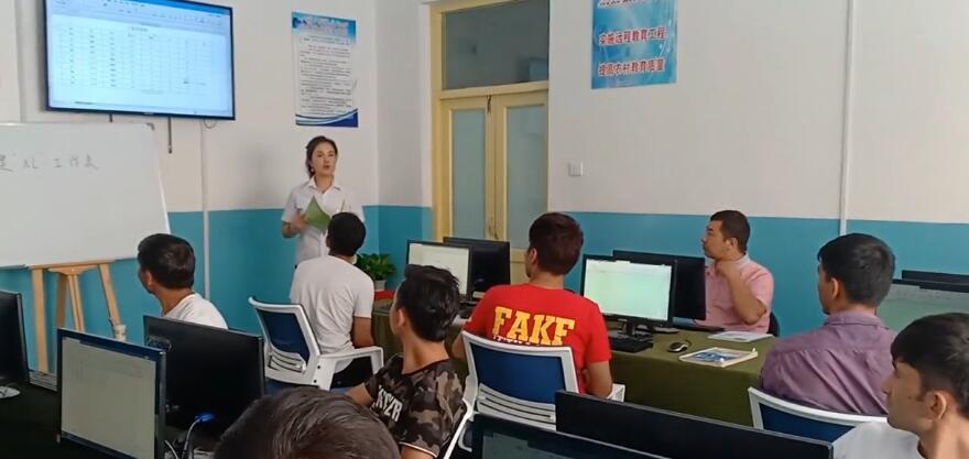 我们教培中心的电子商务班,老师在讲课!