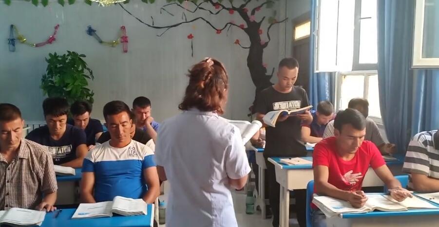 国语班的学生在朗读课文