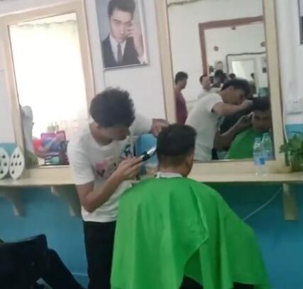我们教培中心的学员在学习理发,这位同学说他以前会一点,但是现在跟着专业老师学习,技术更好了!