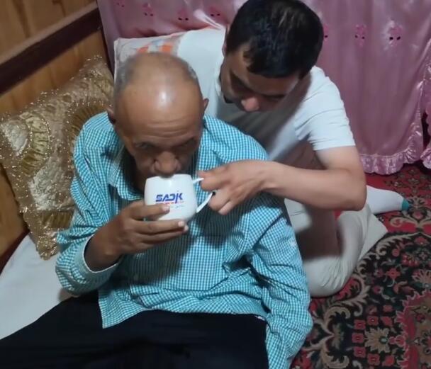 结业学员阿布都克里木自主创业后,可以安安心心照顾他父亲