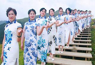 奇台县城乡居民为游客表演旗袍秀