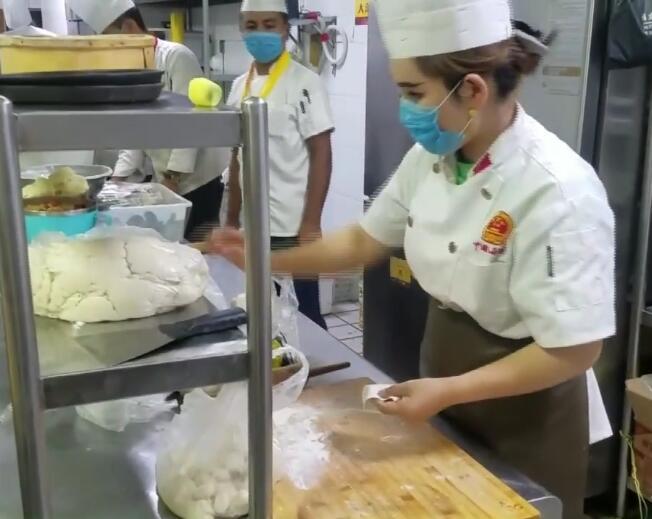 结业学员结业后在餐厅做厨师