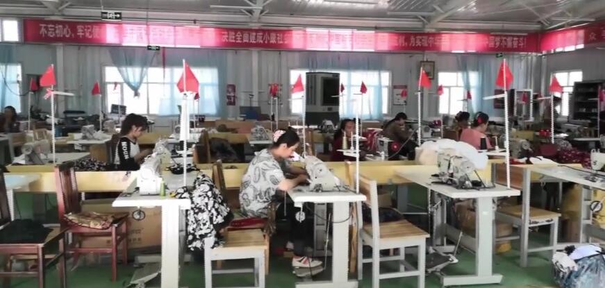 农村妇女结业后学会缝纫技术,找到了稳定的工作