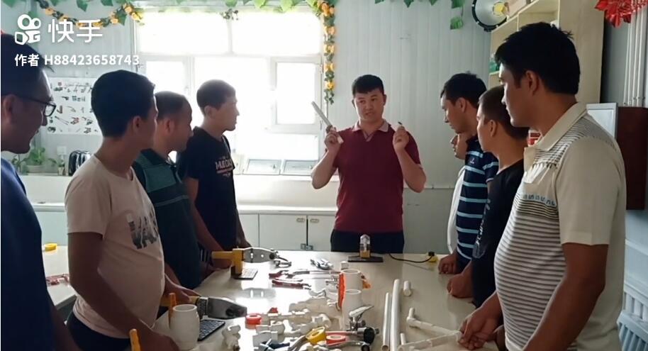 我们教培中心水暖电班的专业老师,在讲解接水管时的注意事项!