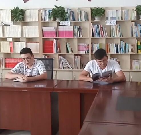 我们的学生看书很认真,而且也努力的学习了书本上的知识