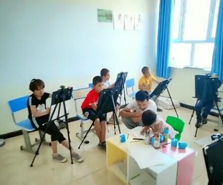 这是平时上课的样子,我们的老师教的很棒