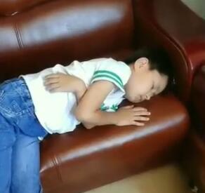 新的一天,老师在和学生互动,儿子在沙发上睡着了