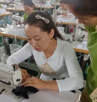 在给新来的员工教做手套
