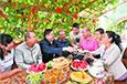 新疆各族干部群众欢度佳节
