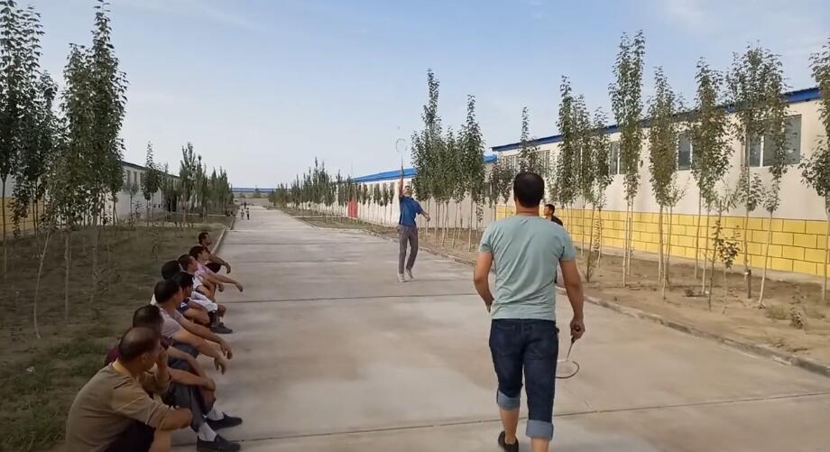 在休息的时间,在厂子里跟同事打羽毛球