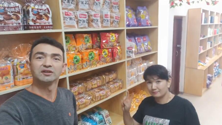 和老婆到超市买东西