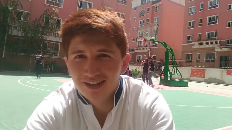 今天有时间和朋友一起打篮球,看我帅不