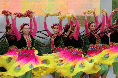舞蹈吐鲁番的葡萄熟_【歌声飘过70年】1978年:《吐鲁番的葡萄熟了 》,甜蜜中华大地 ...