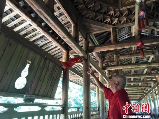 """图为黄春财主持重建的""""双龙桥"""",""""师傅梁""""上还刻写着他的名字。 叶茂 摄"""