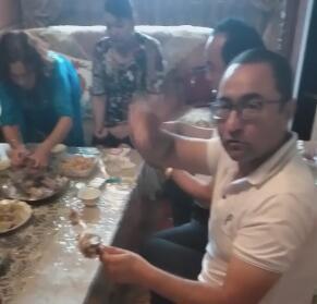肉孜节亲戚朋友都来家吃饭,一家人在一起好热闹。