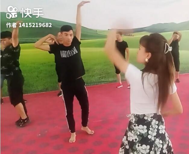 我们的舞蹈老师在给我们教新动作