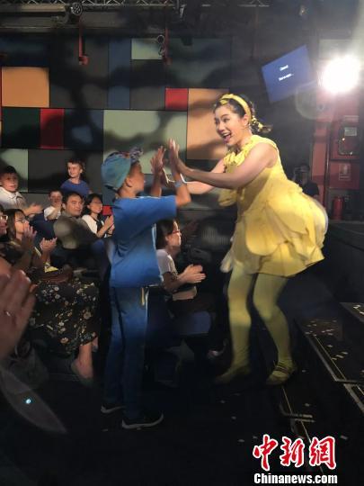 《木又寸》的演员在现场和罗马尼亚小朋友互动 中国儿艺供图