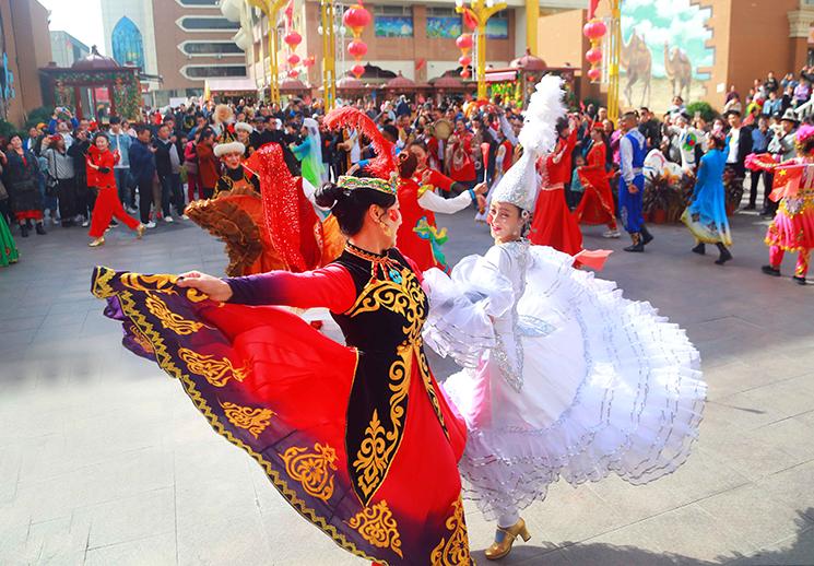 国庆假期游客畅游新疆好地方
