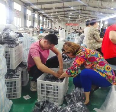 新的一天,在工厂装手套