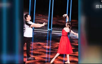 金晨一身红裙与爸爸共舞 台上感动拥抱回忆小时候