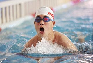 巴州举办首届青少年游泳比赛