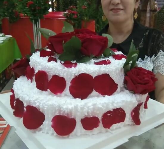 玫瑰花蛋糕给美女