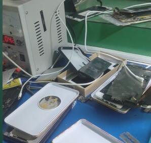 今天收了好多坏掉的手机,生意比往日好太多