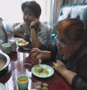 今天带着妈妈、老婆及孩子们去吃火锅,一家人开开心心涮火锅。