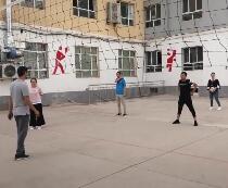 学员在打排球友谊赛