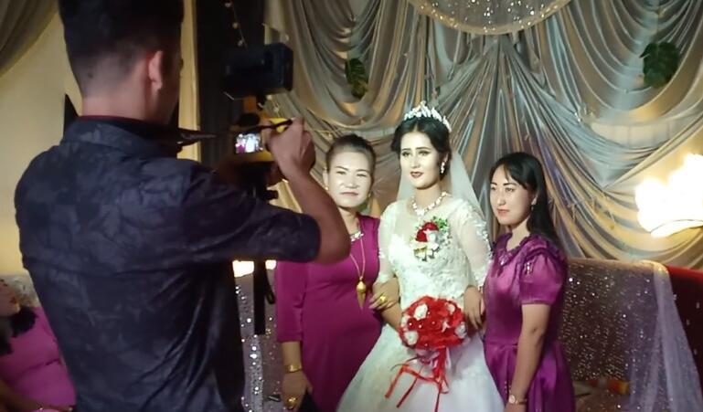 朋友结婚,给美丽的新娘拍照,伴娘都很漂亮。