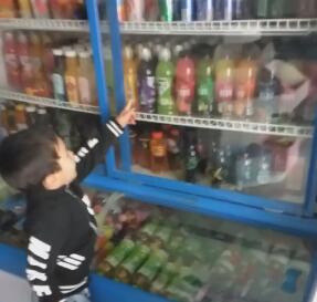 带着儿子女儿去超市买饮料,小孩喜欢喝甜甜的凉凉的水