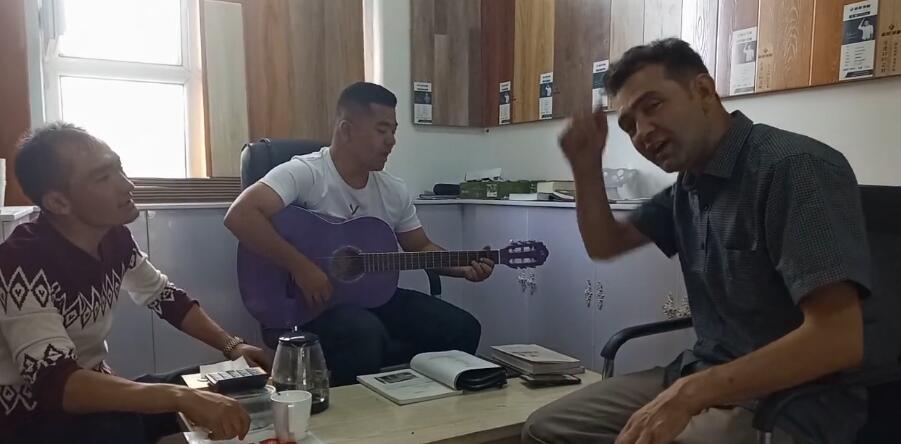 跟库尔班江一起弹吉他唱歌,心情不错,我们唱的好听吧?