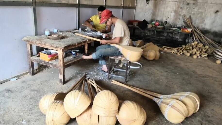 结业学员在民族乐器工厂工作