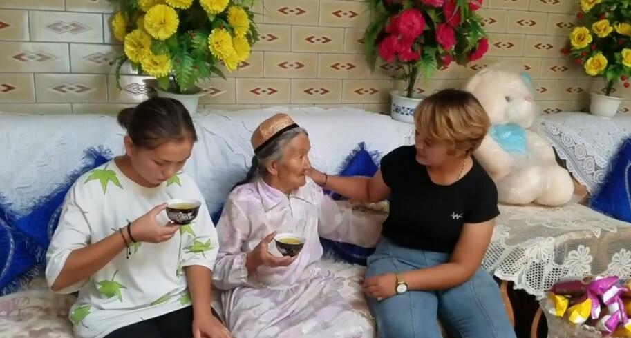 结业学员在照顾奶奶