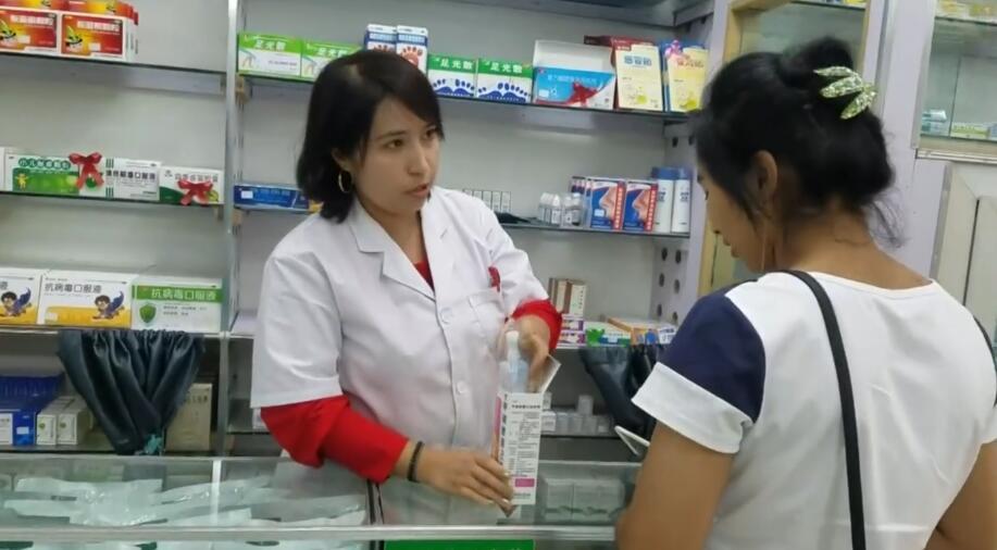 结业学员祖丽胡玛尔在药店工作
