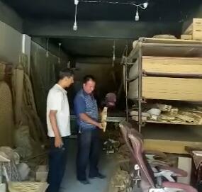 拜合提亚尔结业后开了一家雕刻店,每月收入4500元