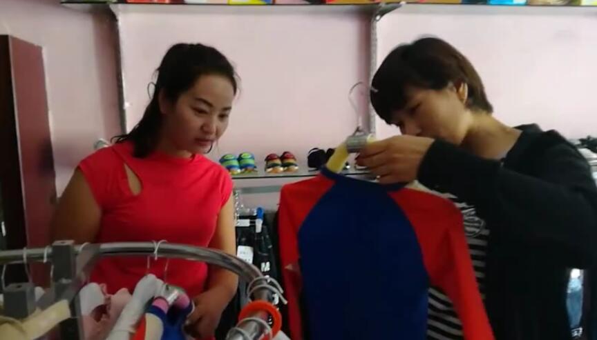 和阿丽米热一起去逛同学开的店