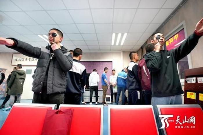 """空军招飞复选检测在疆启动 约700名新疆考生挑战110道体检""""关卡"""""""