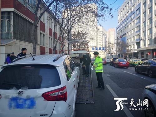 乌鲁木齐市交警严查路边违停、实