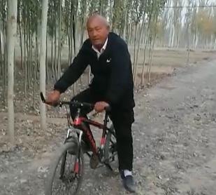 工作不忙时,我也骑自行车上班