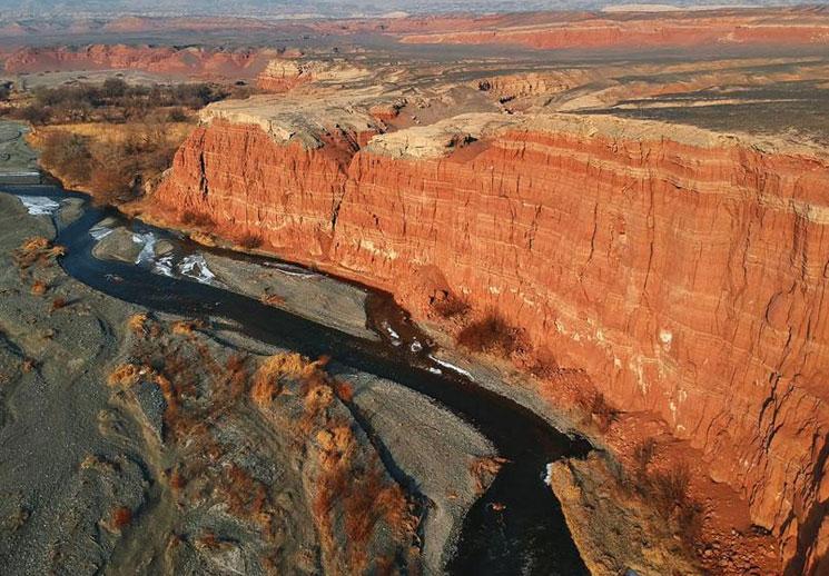 俯瞰托克逊天山红河谷 壮美苍茫