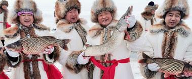 福海县冬捕:万尾鲜鱼跃冰面 万人同享鱼羊鲜