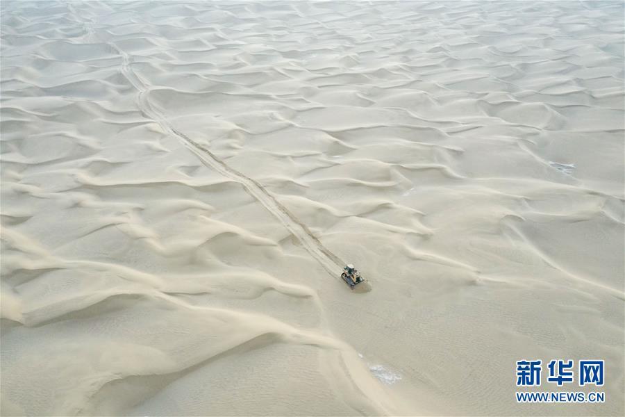 (新春走基层·图文互动)(2)特写:与车为伴,独行沙海