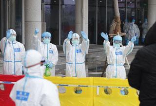 武汉市首个中医方舱医院首批患者治愈出院